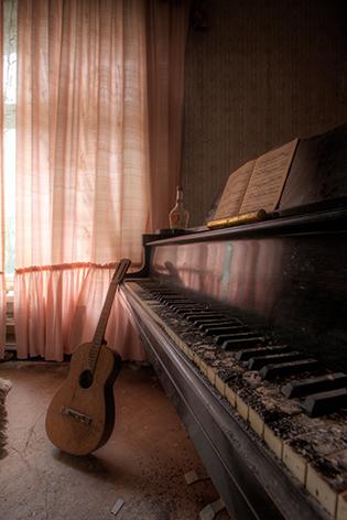 "Aluminium schilderij ""Lacour – Urban piano/gitaar"" van Mondiart"