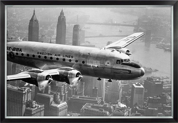 """Ingelijste poster """"Klassiek vliegtuig boven New York"""" van Mondiart"""