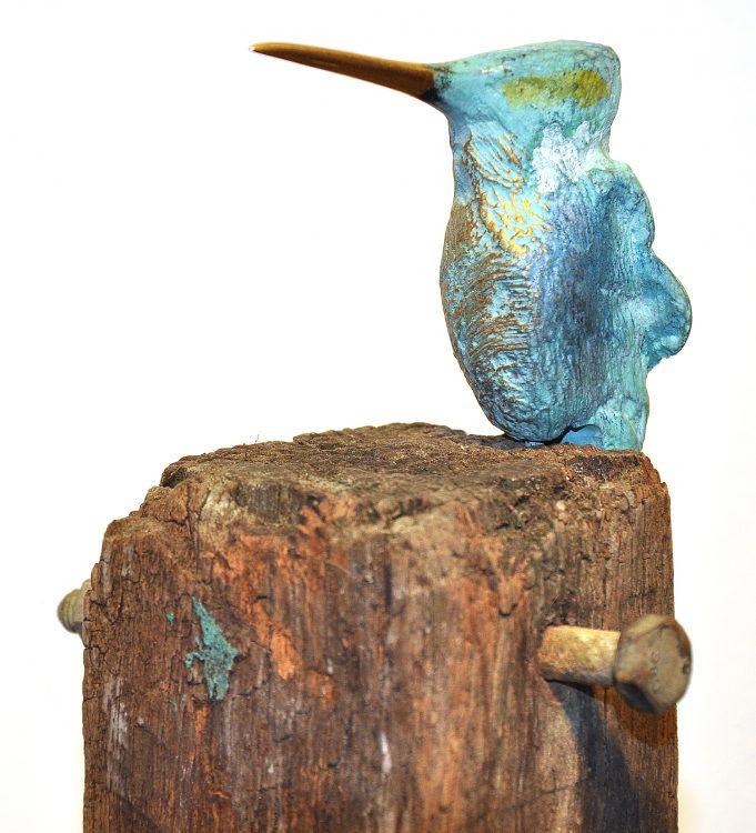 ijsvogel brons op paal 1 schuin
