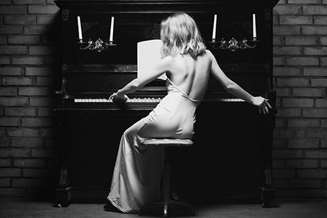 Vrouw aan piano