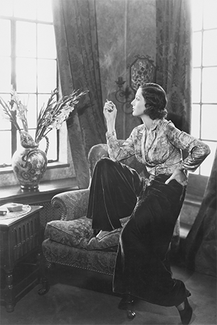 Vrouw rokend in stoel