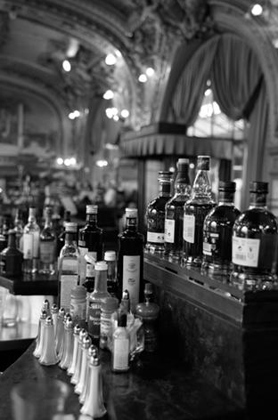 Jos van Riel – Bar met drankflessen