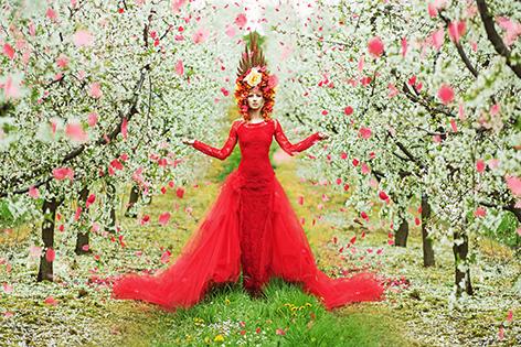 Woman in bloemig garden