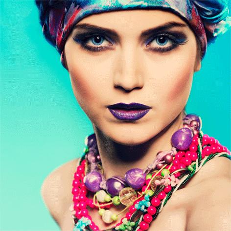"Aluminium schilderij ""Girl with colored necklace"" van Mondiart"