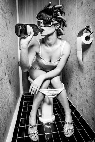 "Aluminium schilderij ""Drinking girl"" van Mondiart"