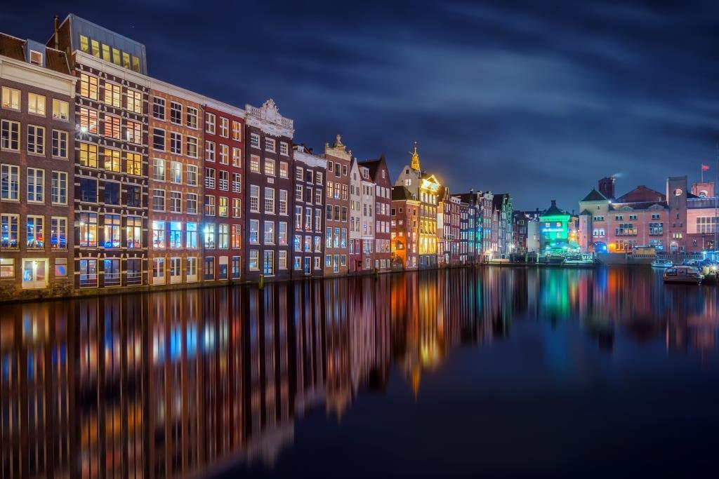 glasschilderij kleurrijke huisjes aan gracht in amsterdam Glas80120-165