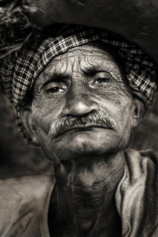 """Aluminium schilderij """"Indigenous grumpy Indian man"""" van Mondiart"""