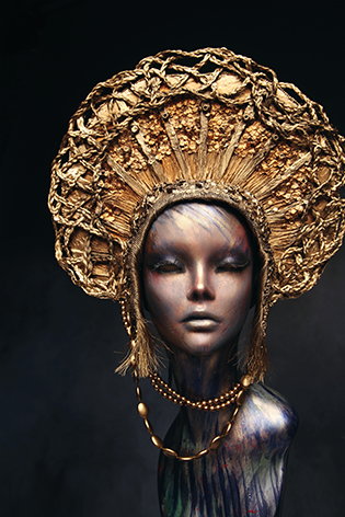 "Aluminium schilderij ""Mannequin with golden head wear"" van Mondiart"
