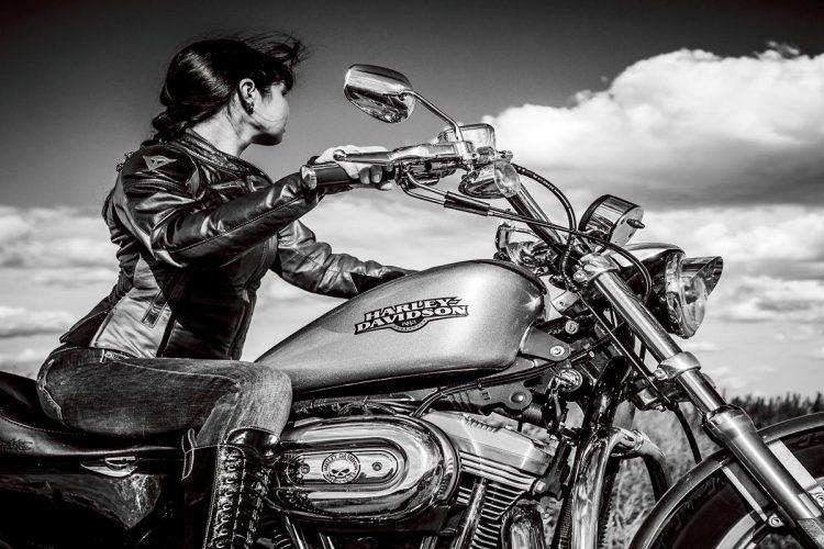 """Glasschilderij """"Stoere vrouw op Harley Davidson motor"""""""