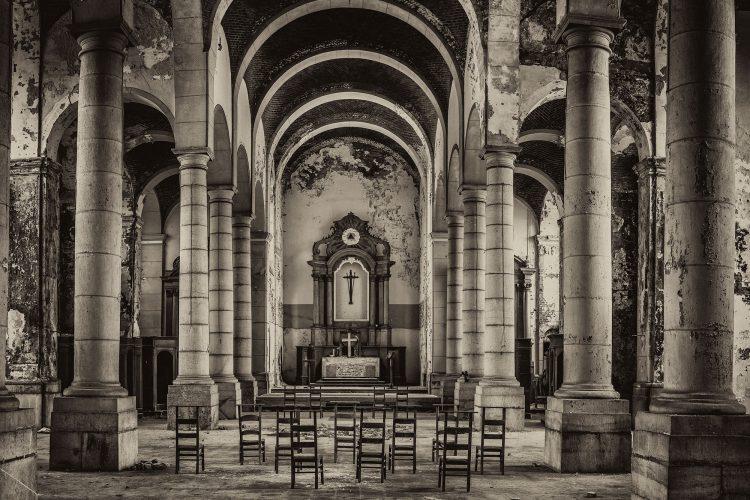 """Aluminium schilderij """"Urbex Verlaten Kerk"""" van Quentin"""