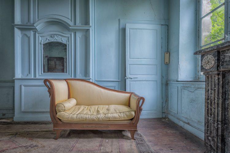De blauwe kamer met bank