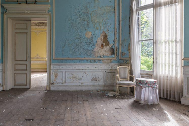 Romantisch Tafeltje In Vervallen Kamer