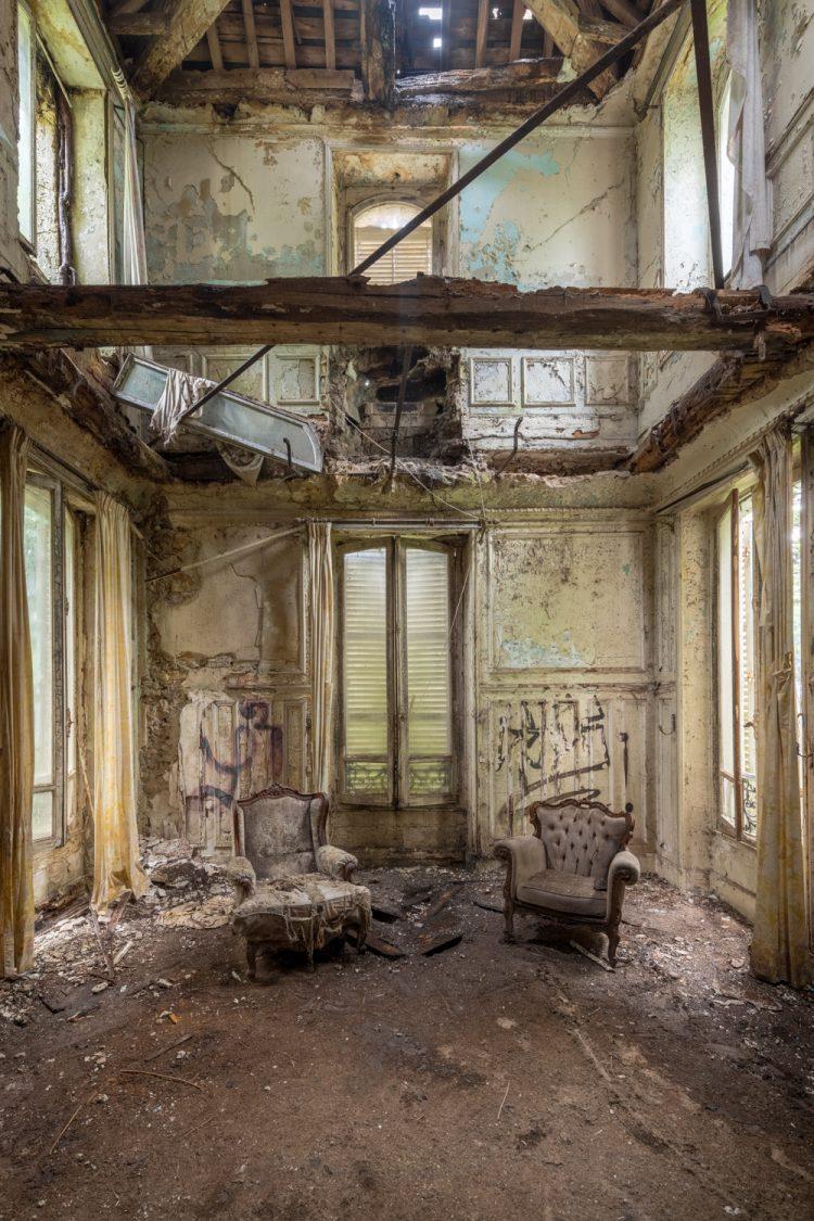 """Aluminium schilderij """"Stoelen In Vervallen Kasteel"""" van Celina Dorrestein"""