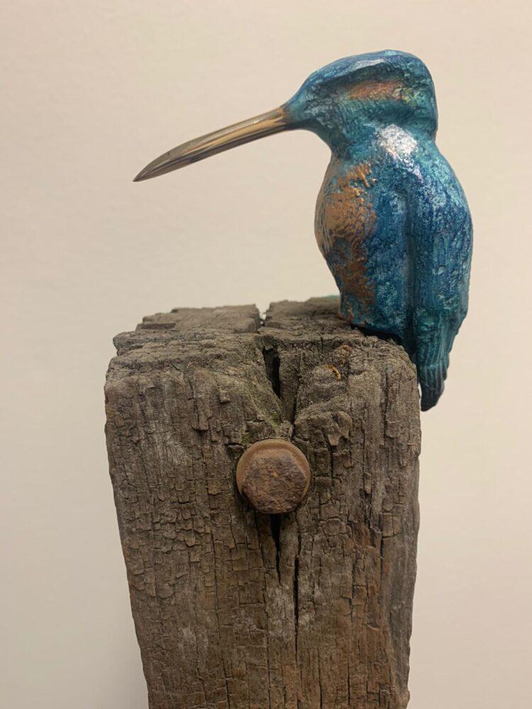 """Beeld """"Bronzen ijsvogel op meerpaal Groot"""""""