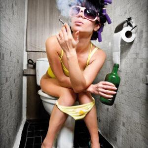 Smoking and drinking girl on toilet (kleur)