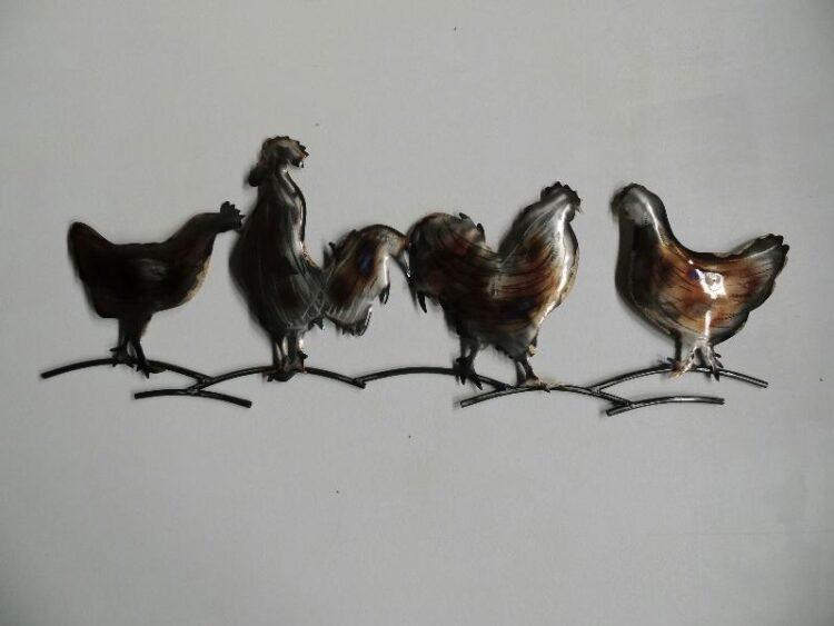 """Metalen wanddecoratie """"Kippen op een stok"""""""