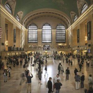 """Wandkleed """"Main hall Grand Central NY"""" van Mondiart"""