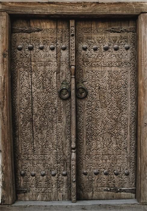 """Wandkleed """"Wooden door with ancient flora"""" van Mondiart"""