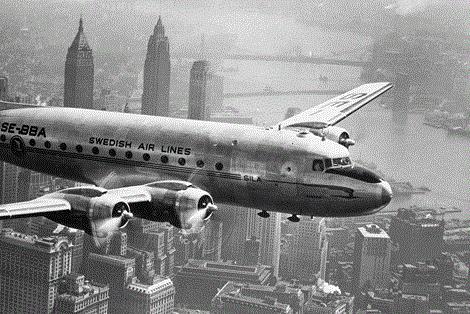 """Glasschilderij """"Klassiek vliegtuig boven New York"""""""