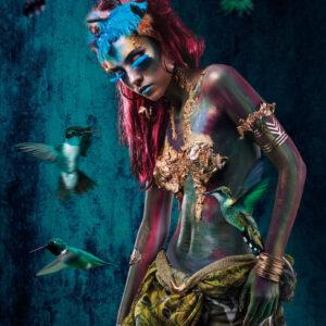 """Glasschilderij """"Hummingbird girl"""" (linkskijkend)"""