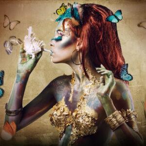 """Glasschilderij """"Butterfly woman"""" (Ibarra-stijl)"""