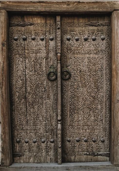 """Wandkleed """"Wooden door"""" van Mondiart"""