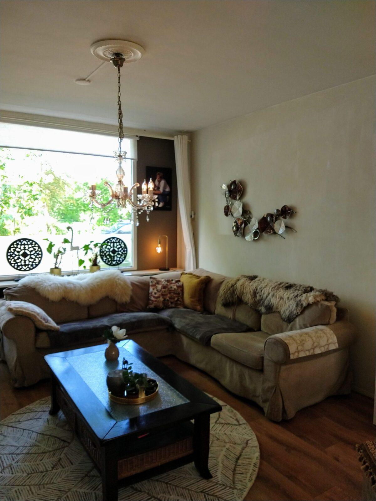 Modern art toegepast in klassieke woonkamer.